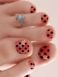 This girl's toes remind me of Golem's fingers, but disregard that, the ring and the flowers. Orange and black polka dots, nice type 4 look.