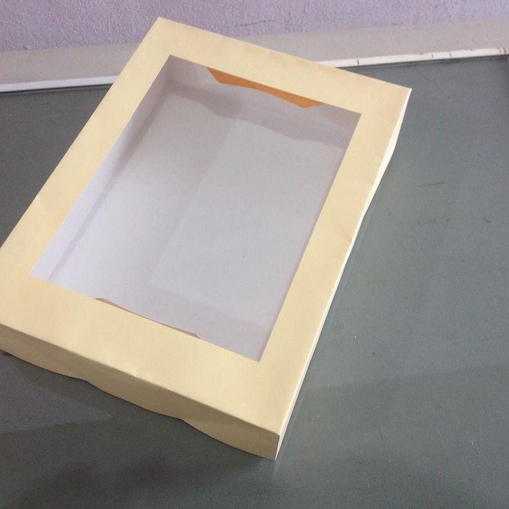 Esta caja está elaborada en cartulina sulfatada y cartulina iris conventana de acetato ideales para galletas o el artículo que usted prefiera espero se anime a comprarla...