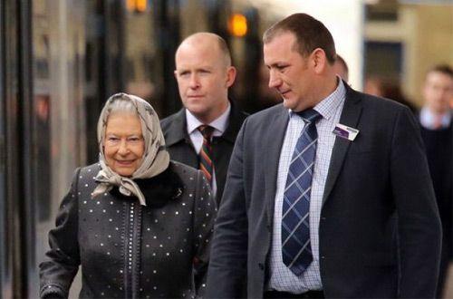 На электричке вернулась Елизавета II из отпуска в Лондон