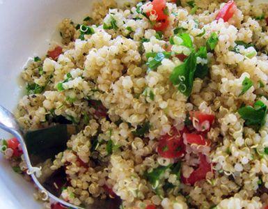 Prepara en 30 minutos un delicioso tabulé de quinoa con tomate y perejil finamente picado. Es una comida fácil y saludable para un perfecto día de verano.