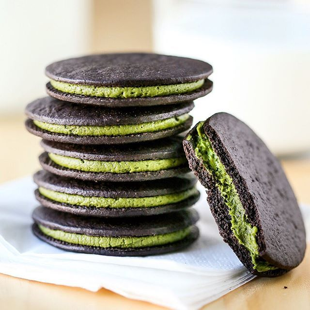 Get a delicious energy boost with this easy Matcha Oreo recipe!! #yummy Recipe: www.thirstyfortea.com/recipes/easy-matcha-oreos/ #food #superfood #yummy #rawvegan #nutrition #kidfriendly #cookies #matcha #superfood #snacks #healthyfood #recipes Want more matcha? Then check out our awesome page at @japanesematchapowder for the best matcha facts & recipes on Pinterest. www.get-matcha.com