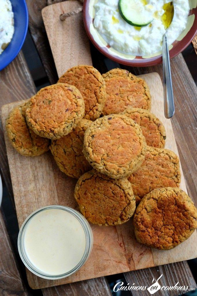 Falafels faits maison rapide au TM 450g de pois chiches (j'ai utilisé ceux en boite de conserve) 1 échalote 1 gousse d'ail 1/2 botte de menthe 1 cc de cumin 2 cs d'huile d'olive 1 jaune d'oeuf 25g de farine complète Fleur de sel