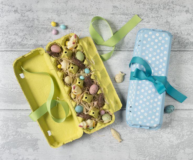 #DIY spécial lundi de Pâques 🐰☺️ ✨Fournitures : 1 boîte de 12 œufs en carton, peinture acry- lique coloris pastel et blanc, pinceau plat, crayon à papier avec embout gomme, raphia, ciseaux, 50 cm de ruban large, œufs et friture en chocolat. Les étapes di DIY à suivre juste ici : https://www.instagram.com/p/BDf4wkpnSOw/?taken-by=carrefourfrance