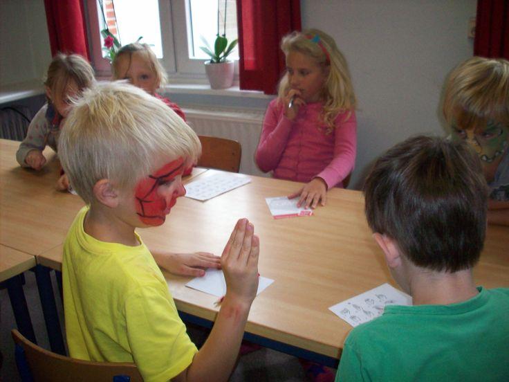 raden welk woord je vriend toont in gebarentaal volgens alfabet in gebarentaal