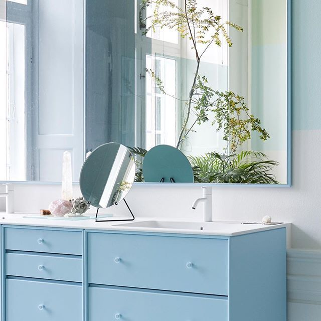 Peppermint paradise – choose Montana Bathroom in 42 colours. Find the complete programme on our www. #montanafurniture #danishdesign #bathroomdecor #bathroominterior #badeværelse #baderom #salledebain #badezimmer