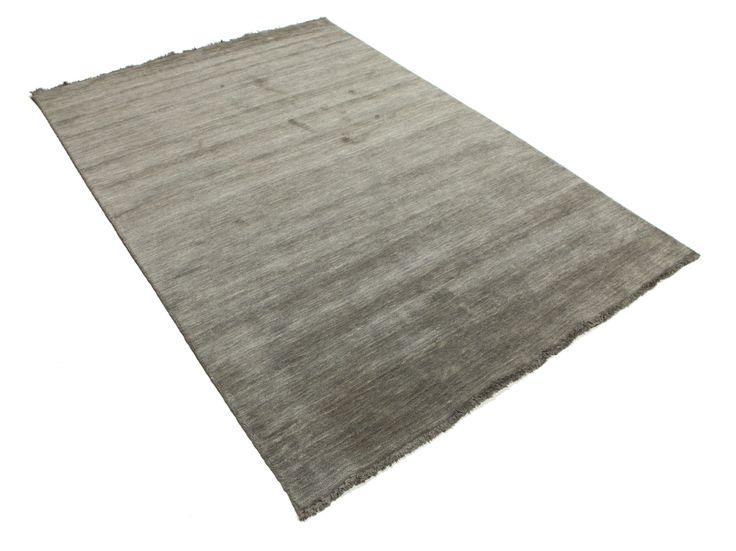 Disse tæpper er fremstillet i Bhadohi, Indien, af uld, som er blød og af god kvalitet, hvilket gør tæpperne bløde og behagelige.  Der anvendes en særlig type væv ved fremstillingen; arbejdet udføres hurtigere end ved traditionel tæppeknytning og prisen er derfor lavere.
