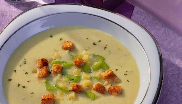 Ein Suppenklassiker: Selleriecremesuppe - schön cremig mit Rama Cremefine und würzig mit Staudensellerie und Kartoffeln.