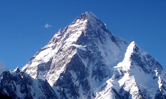 """Pakistan - Çin sınırında bulunan K2 Dağı, 8.611 m. yüksekliği ile """"8 binlikler"""" arasında dünyanın en yüksek 2. dağı olarak yer alıyor. Dünya üzerinde tırmanılması en zor zirve olarak bilinen K2, yine de pek çok dağcıyı cezbetmesini bilen bir yer yüzü yükseltisi.   Zirveye tırmanmak zor olsa da, eteğinde bulunan kayak merkezlerinde harika bir kış tatili geçirebilirsiniz :)"""