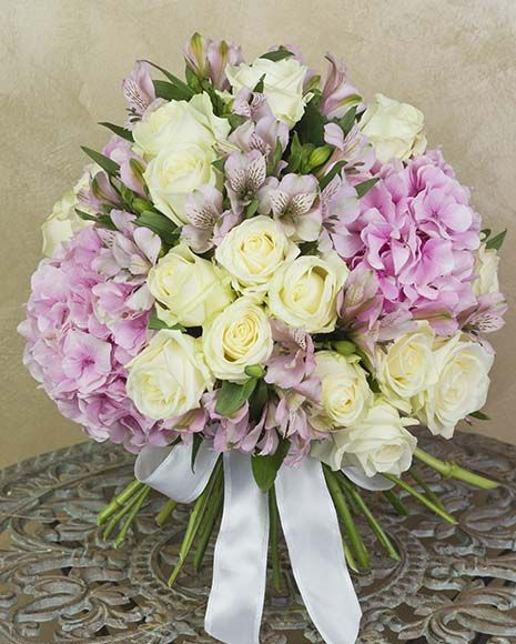 Buchet de lux cu hortensii si trandafiri albi.  Luxury bouquet with hydrangea flowers and white roses