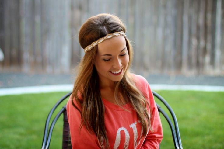 80er-frisuren-stirnband-mode-style-lange-haare-rote-bluse-outfit