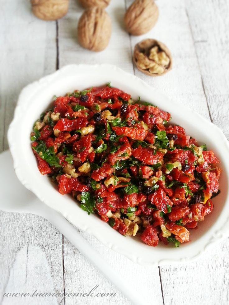 Malzemeler:  - 25-30 adet kuru domates  - 15 adet bütün ceviz  - 2 yemek kaşığı kuş üzümü  - 3-4 diş sarımsak  - 3 yemek kaşı...