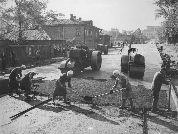 Укладка асфальта на ул. Карла Маркса ниже перекрестка с ул. Труда. конец 1940х.