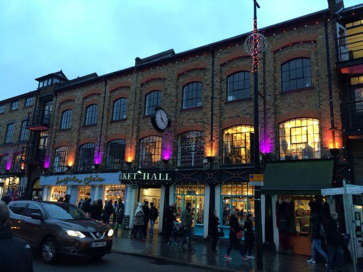 La nuit tombe sur Camden Town à Londres