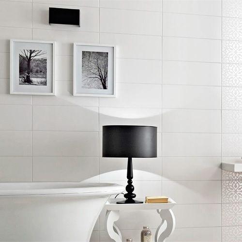 Kakel B&W är en matt vit kakelplatta i avlångt format.Endast vägg.Passarbåde i badrum och kök.