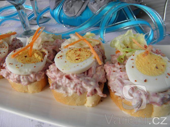 Vyzkoušejte snadný a chutný recept na česnekovo-salámové chuťovky obložené vejcem a čerstvou zeleninou.
