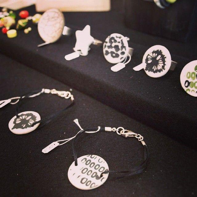 Une sélection des bijoux de la créatrice Klr est actuellement disponible au Comptoir à perles! Chaque bijou est unique avec des éléments de porcelaine et de céramique fabriqués artisanalement par la créatrice, les fermoirs et attaches sont en argent 925. A découvrir vite, stocks limités!  #lecomptoiraperles #Klr #céramique #porcelaine #bijoux #faitmain création #unique #couleurs #handmade #handmadejewelry #jewelry #bracelet #colors #rings #bagues