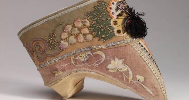 In solchen Seidenschuhen steckten die gebundenen Füße chinesischer Frauen. © DLM Ledermuseum Offenbach – C. Perl-Appl