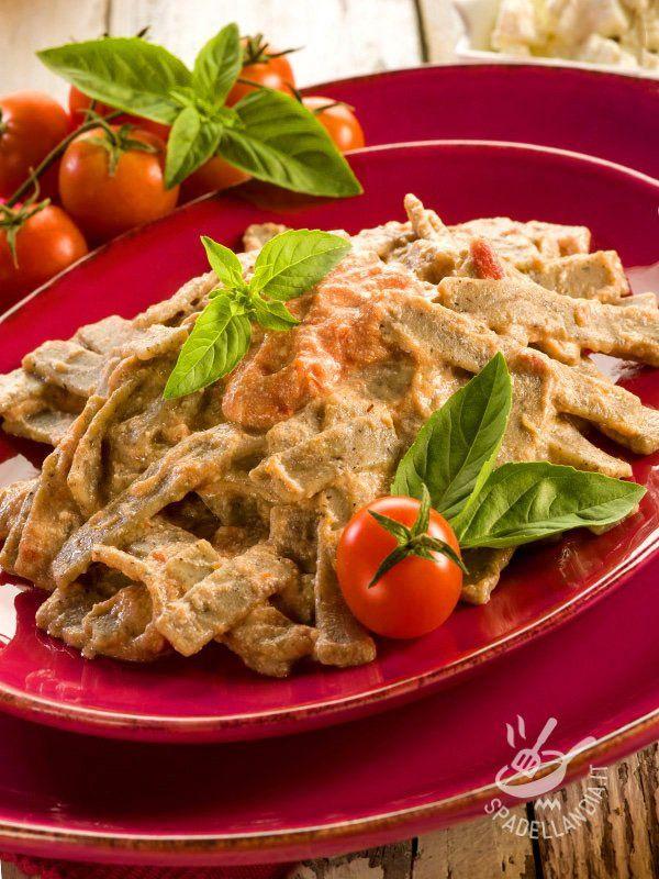 I Pizzoccheri con ricotta e pomodoro sono un gustoso piatto con un tipico formato di pasta originario della Valtellina, a base di farina di grano saraceno. #pizzoccheriallaricotta