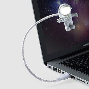 Linterna USB de astronauta | 33 Accesorios de escritorio que mejorarán tu día