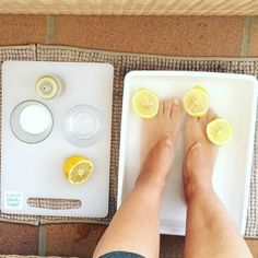 Quieres prepararte tu propio exfoliante natural en casa? Si este verano quieres lucir unos pies bonitos y cuidados esto es realmente lo que necesitas. Puedes encontrar el vídeo en nuestro canal de YouTube (link en la bio)  Para fabricar tu exfoliante casero para pies (que también puedes aplicar en el resto del cuerpo) necesitarás los siguientes ingredientes: - 1 limón - Agua caliente - 3 cucharadas de azúcar - 3 cucharadas de sal - 2 cucharadas de aceite de oliva  Ya verás como te quedan…