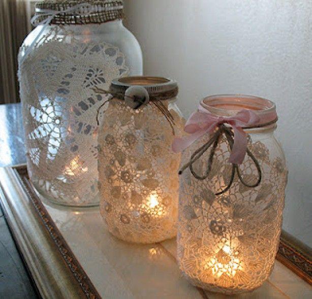 lieve sfeerlichtjes gemaakt van oude glazen potten en kanten kleedjes