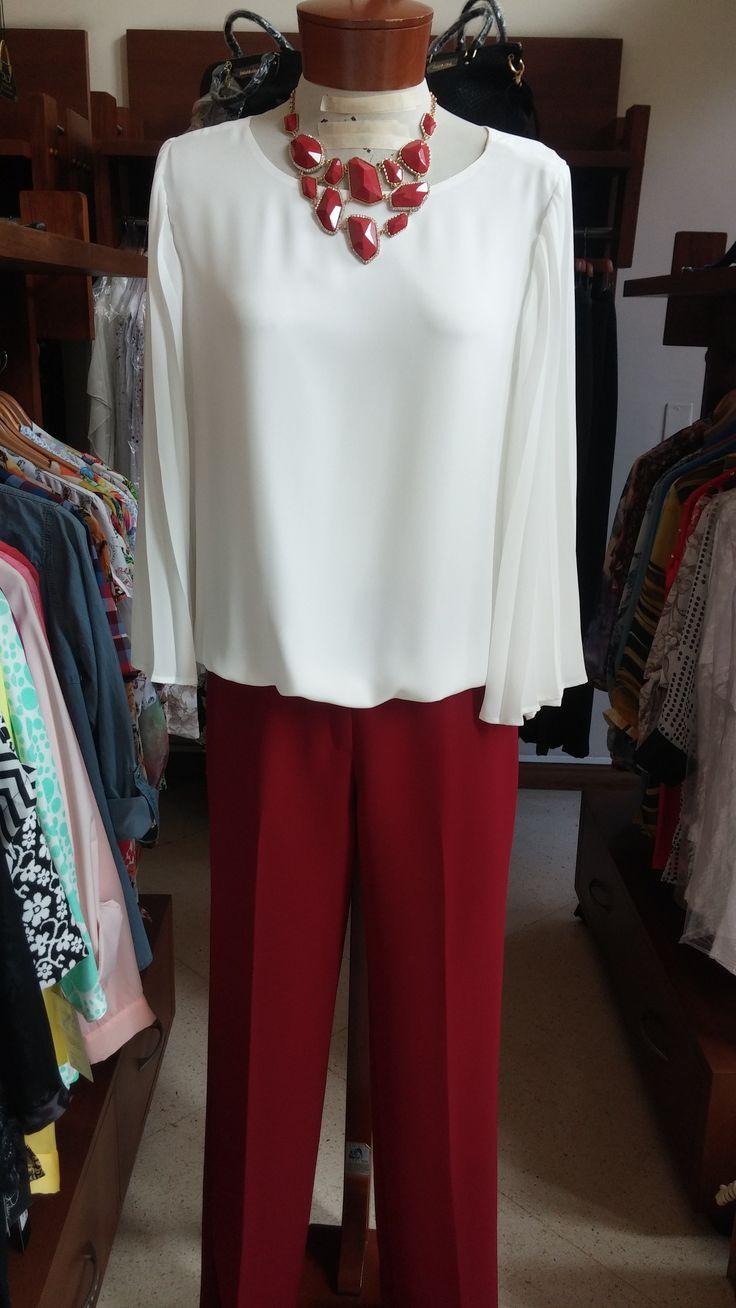 Camisa en color Beige con un pantalón en color vino tinto