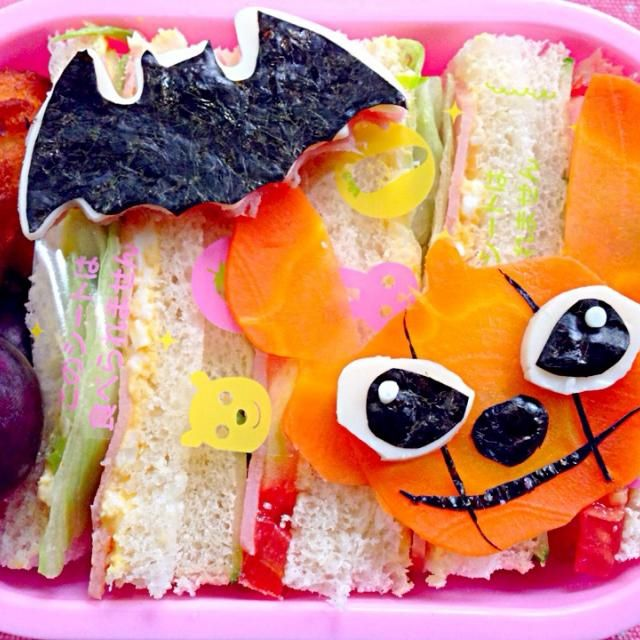 昨日私のサンドウィッチちょうだいと久々食べたくなったみたい 今日は寒〜い1時間遅れが助かる✨  ☆サンドウィッチ(卵ハムレタス・トマトハムきゅうり)☆ポムデュセスポテト☆ピオーネ☆ - 84件のもぐもぐ - Lunch box☆Stitch's Jack-o'-Lantern Sandwich☆スティッチのお化けカボチャ サンドウィッチ by Ami