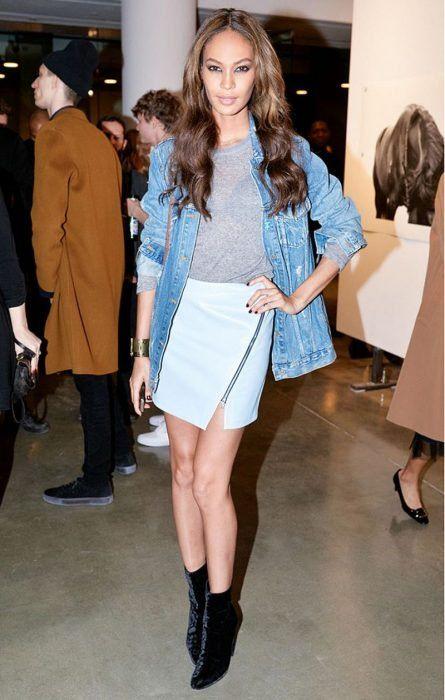 Outfits chamarras de mezclilla chaquetas jean blue jacket jean jacket botines velvet falda azul