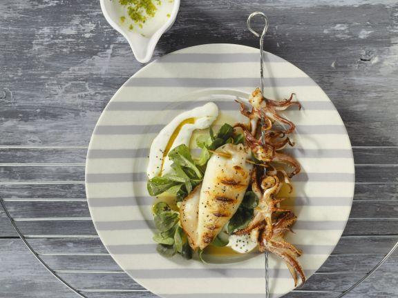 Gegrillte Calamari mit Feldsalat ist ein Rezept mit frischen Zutaten aus der Kategorie Tintenfisch. Probieren Sie dieses und weitere Rezepte von EAT SMARTER!