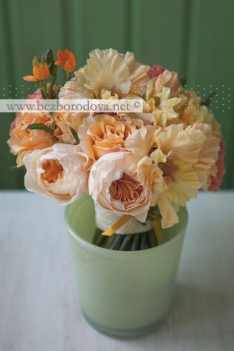Оранжевый свадебный букет из гладиолусов и пионовидных роз