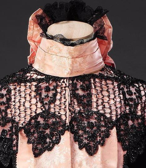 Дневное платье из чёрного бархата и розового узорного шёлка с отделкой бисером. Конец 1890-х гг. John Bright Historic Costume Collection.
