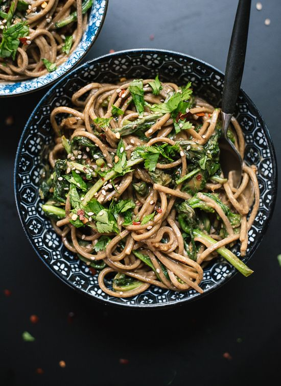 Broccoli Rabe Peanut Soba Noodles by cookieandkate: This Asian soba noodle bowl features sautéed broccoli rabe tossed with spicy peanut sauce. It's a weeknight meal that's hearty, quick and full of greens! #Noodle_Bowl #Healthy
