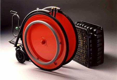 Carna by Kazuo Kawasaki (1989) :川崎和男が自分のためにデザインした車椅子。 全体は軽量で頑丈なチタン、車輪はアルミのハニカムコア構造。