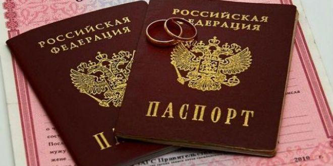 Фамилия и документы после замужества http://sovjen.ru/familiya-i-dokumenty-posle-zamuzhestva  Предсвадебная суета и веселье позади, наступили обычные будни, а вместе с ними и бумажная волокита, с которой приходится сталкиваться большинству женщин после замужества. Действовать нужно грамотно, а для этого необходимо знать свои права, законы своей страны (в нашем случае — Российской Федерации), и вероятные последствия каждого вашего шага. Фамилия Смена фамилии — дело добровольное, поскольку ...