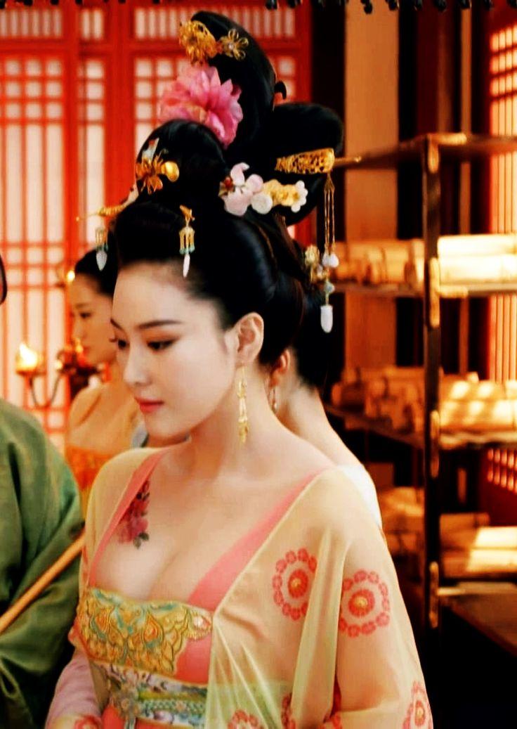 Hanfu:traditional Chinese costume.Zhang Xinyu in 'Empress of China'. 9w