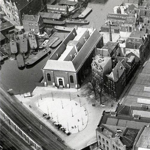 Amsterdam, een luchtopname van het Bickersplein (vanaf 1956 Hendrik Jonkerplein). Links de Bickersgracht.