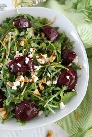 Zdravý salát s červenou řepou, rukolou, oříšky a kozím sýrem