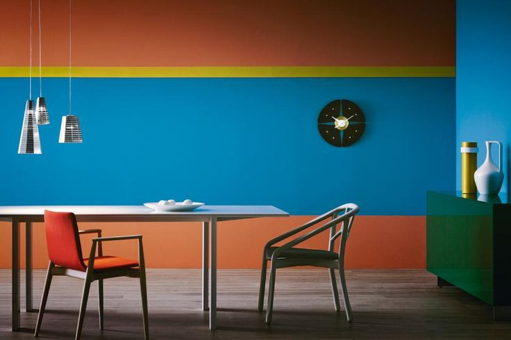 Graphic walls with pink, blue and yellow.
