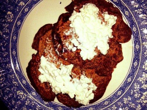 Pancake de banano!   Dos cucharadas de harina de avena. 1/2 banano triturado.  1 Cucharadita de miel. 1/2 cucharadita de canela. Pb2. Un chorrito de leche de almendras.