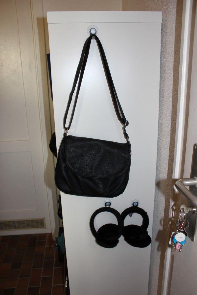 handtasche und accessoirs mit saugn pfen an der seite vom schrank aufh ngen ordnung flur. Black Bedroom Furniture Sets. Home Design Ideas
