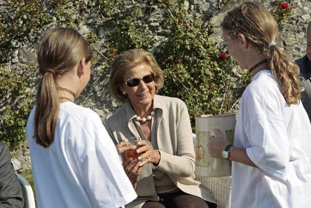 Fürstin Marie with some children from the school