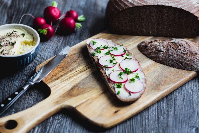 Máslo je mléčný tuk. Vyrábí se ze smetany. Má specifickou chuť i aroma. Oceníte jej především ve studené kuchyni. Jak si připravit lahodné domácí máslo během pár minut? Domácí máslo obsahuje cenné vitaminy rozpustné v tucích – A, D, E i K. Když jej konzumujeme v rozumné…