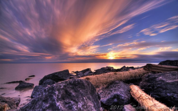 Il sole che non tramonta su #Tuktoyaktuk, nella regione di #Inuvik, Territori del Nord Ovest (#Canada), un centro abitato situato a nord del #Circolo #Polare #Artico sulle rive dell'#Oceano #Artico - The never setting summer #midnightsun over the #arctic #ocean, here in Tuktoyaktuk, #NorthwestTerritories, Canada. #NWT #sunset #nightscapes #SoleDiMezzanotte
