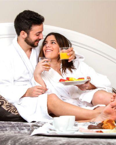 En opplevelse med overnatting er en fin måte å komme seg litt vekk fra hverdagen og virkelig nyte livet. Vi har unike overnattingsmuligheter som kan by på enten sporty eller romantiske opplevelser, og er den perfekte bursdagsgave til din kjære.