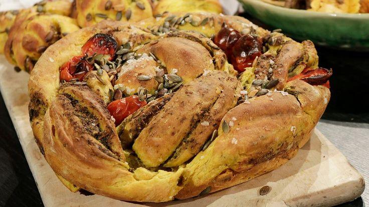 Saftigt, ljust orange bröd med härlig pestofyllning. Om du har surdeg hemma,ta gärna i av den. Du kan också byta ut en del av vetet till ett grövre mjöl.