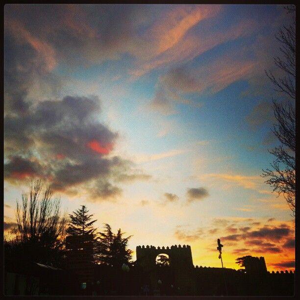 Puesta de sol junto al la #muralla de #Ávila (#Spain). #Sunset  Photo by isabelmartinj