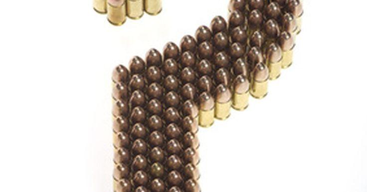 Revólveres de simple acción vs. de doble acción. Todos los revólveres esencialmente funcionan de la misma manera. A medida que el martillo se tira hacia atrás, el cilindro gira y luego cuando se suelta el martillo se dispara una bala. La acción (o acciones) se refieren a cuando se aprieta el gatillo.