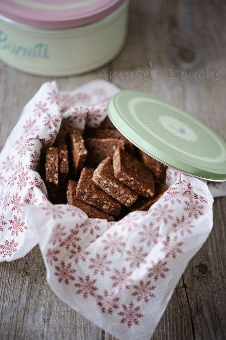 Toujours dans l'esprit de Noël et dans l'idée de préparer les cadeaux gourmands, je vous propose ma recette de Brunslis. Pour ceux qui ne connaissent pas, c'est un petit gâteau riche en noisette et amande. Sa texture est unique, c'est pas un sablé, il...