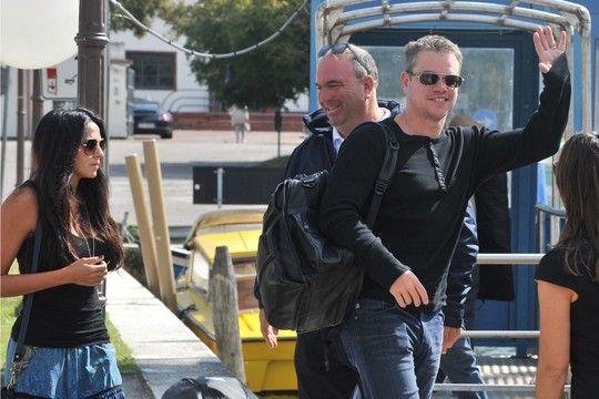 O ator Matt Damon e sua esposa Luciana Barroso chegam em Veneza para o casamento do ator George Clooney, que vai se enlaçar com a advogada Amal Alamuddin (Foto: Luigi Costantini/AP Photo)