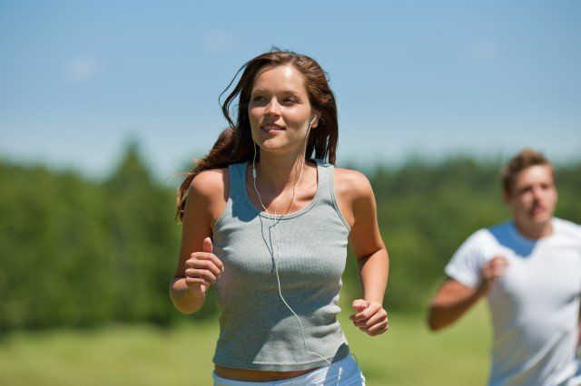 İnterval antrenman:   Çalışmalar, kardiyo çalışmasına interval (aralıklı) egzersizi dahil etmenin göbek yağlarını eritmede etkili olduğunu gösteriyor. Koşu, bisiklete binme ya da yüzme sporlarından hangisini seçiyorsanız, egzersiz esnasında 10 ila 60 saniye kadar hızlanma, tempolu ve tırmanma şeklinde interval egzersiz karışımı yapın. uygulayabilirsiniz.